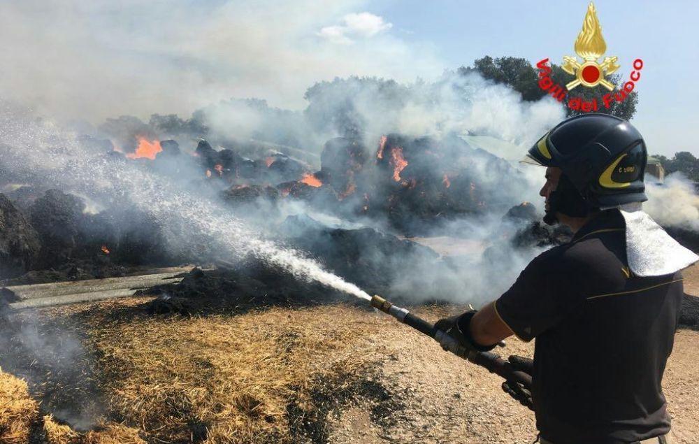 Grosso incendio alla periferia di Tortona, bruciano tonnellate di carta. Si indaga sulle cause