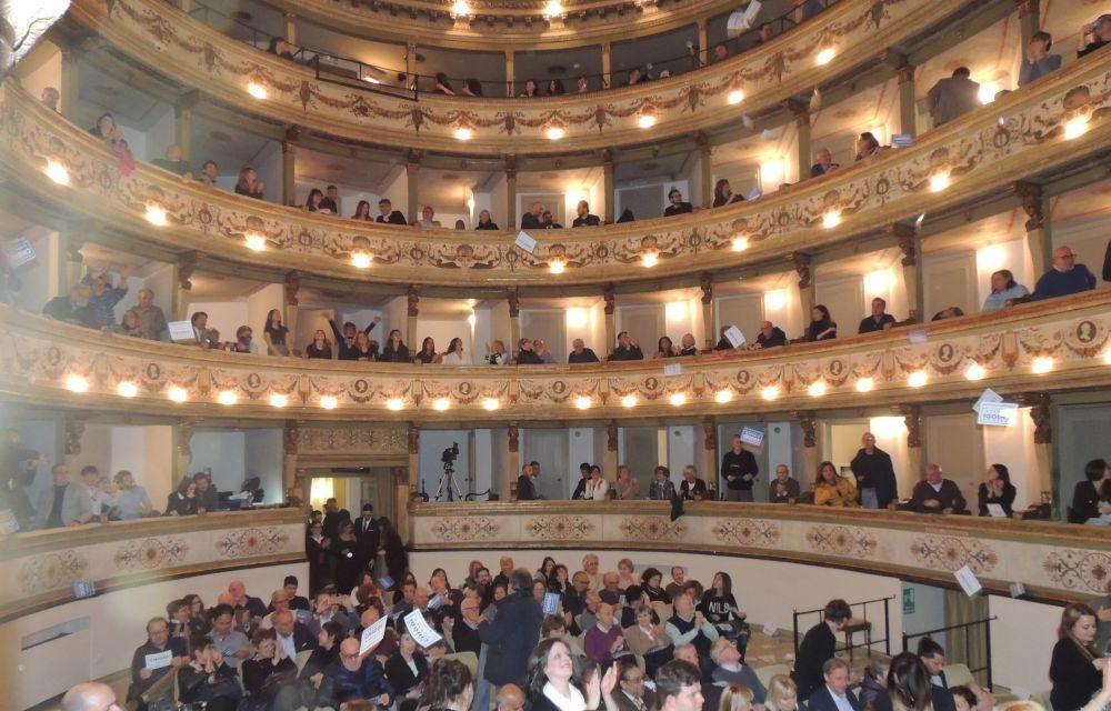 Bagno di folla per Federico Chiodi al Teatro Civico per una Tortona da far risorgere. Cronaca e immagini