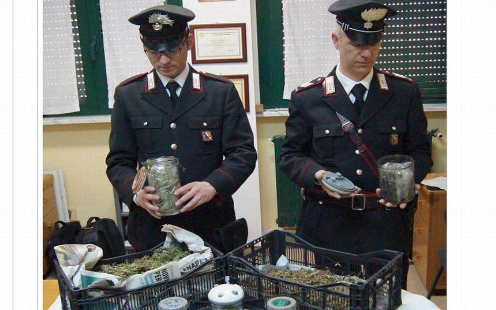 Spaccia droga in casa, i Carabinieri lo arrestano e il giudice gli concede i domiciliali a casa. Accade nell'acquese