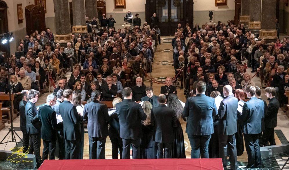 Una standing ovation per salutare la Cappella Marciana e il suo omaggio a Perosi