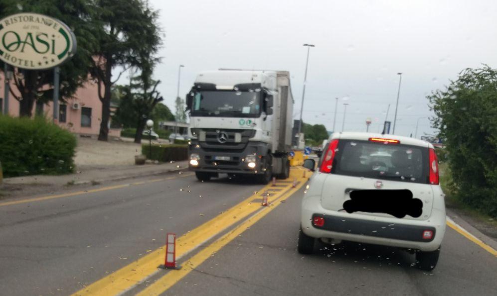 A Tortona questo camion forza la barriera in cemento e passa sul cavalcavia malconcio e pericoloso