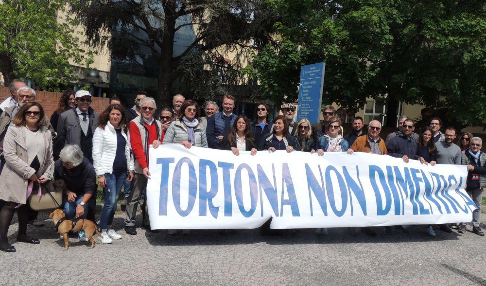 Le immagini di Chiamparino e Saitta a Tortona che fra la contestazione confermano che sull'ospedale e la sanità non si torna indietro