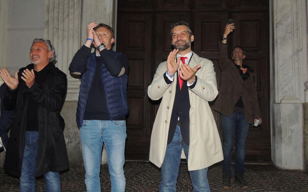 Sorrisi, abbracci, festa e inno d'Italia: le immagini dei tortonesi e della serata dove Chiodi diventa sindaco di Tortona