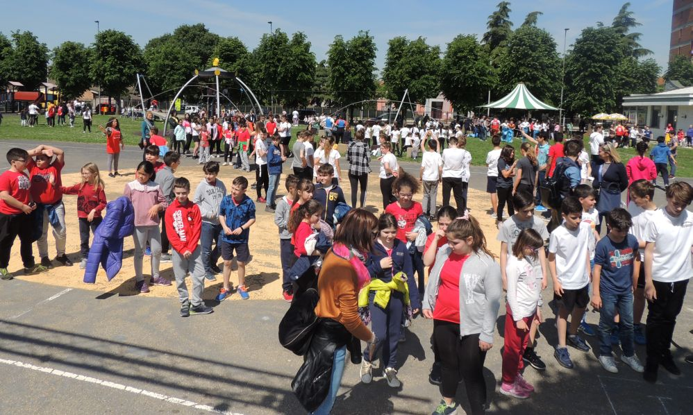 Migliaia di bambini tortonesi all'area verde per imparare i giochi dei nonni. Le immagini