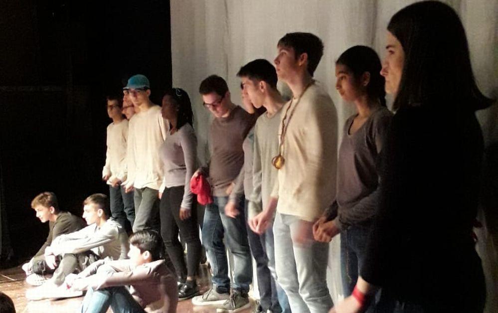Gli studenti del Liceo Peano di Tortona prendono appunti sulla felicità