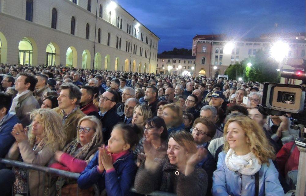 Tremila persone per Salvini a Tortona. Duro attacco a Cinquestelle, Coop migranti, giornalisti e Saviano