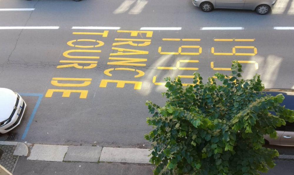 Tortona celebra Fausto Coppi con delle scritte colorate sulle strade