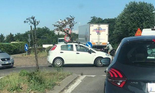 A Tortona l'ennesimo camion cerca di passare sul cavalcavia interdetto creando code, allontanato a suon di clacson