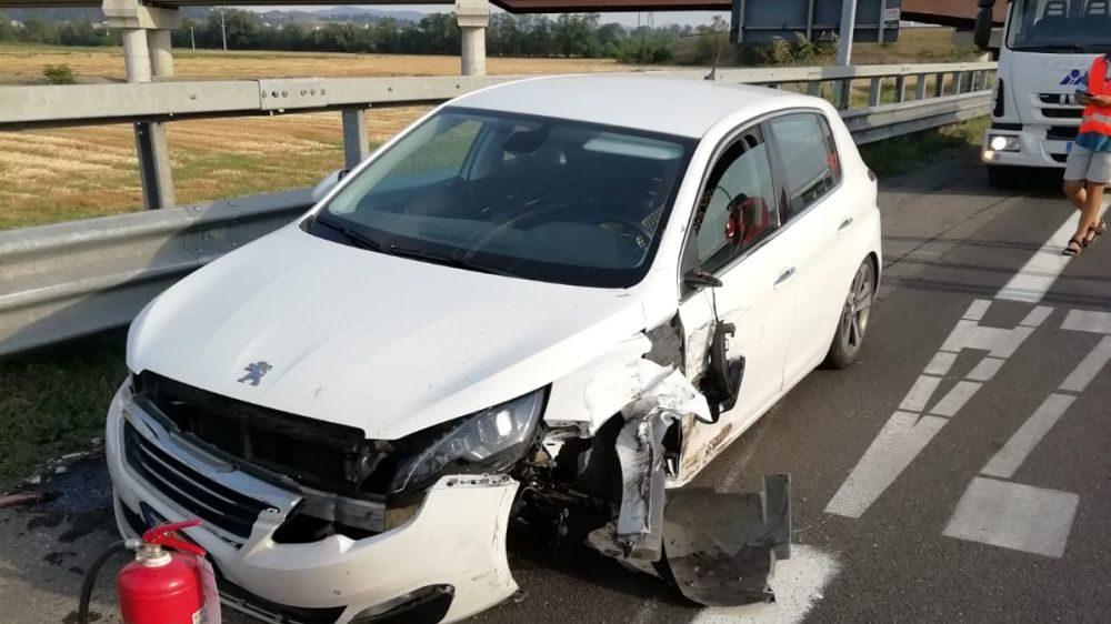 Schianto fra tre auto alla periferia di Tortona, sei persone coinvolte fra cui due bambine. Code e traffico in tilt