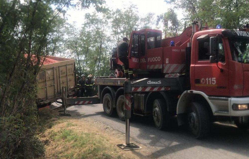 Camion in bilico sulla scarpata della ferrovia a Carbonara, stop ai treni, intervengono i pompieri