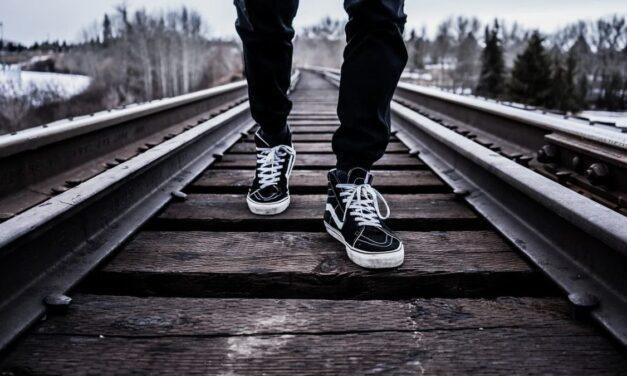 Novi Ligure, cammina lungo i binari, denunciato uno straniero. Ritardi nei treni