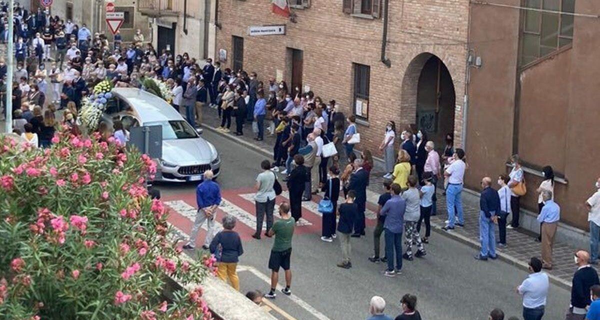 Tanta gente e una tristezza infinita al funerale del 13enne Luca Bassi a Pontecurone