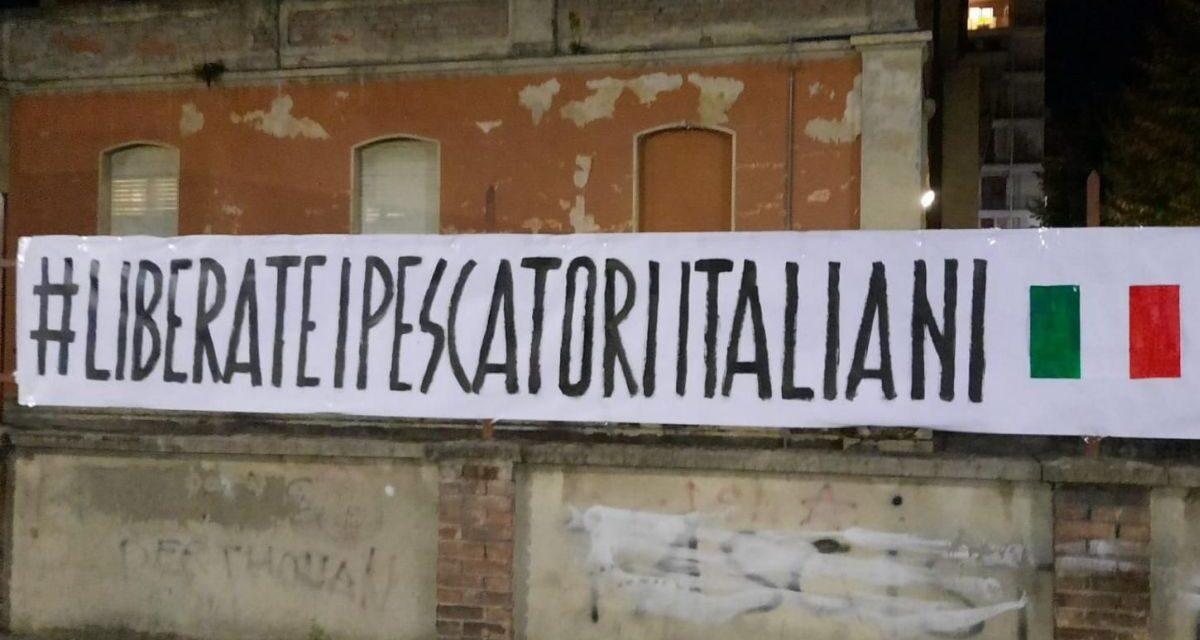 In corso Cavour a Tortona appare questo striscione rivolto alla Libia