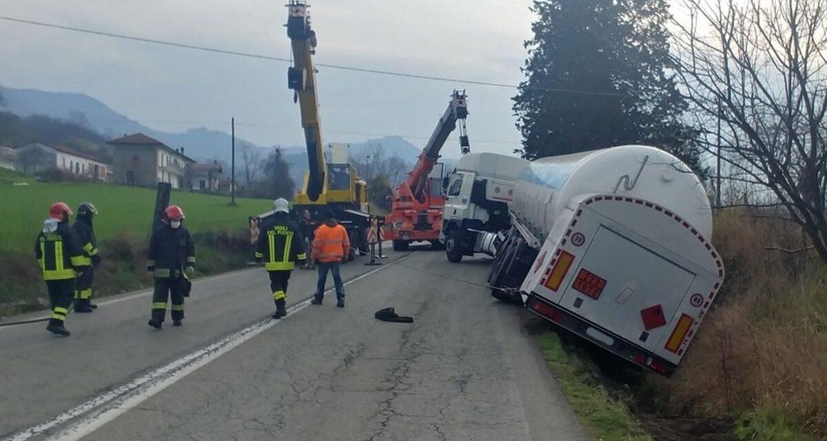 Camion sbanda alla periferia di Tortona e semina rami sulla strada