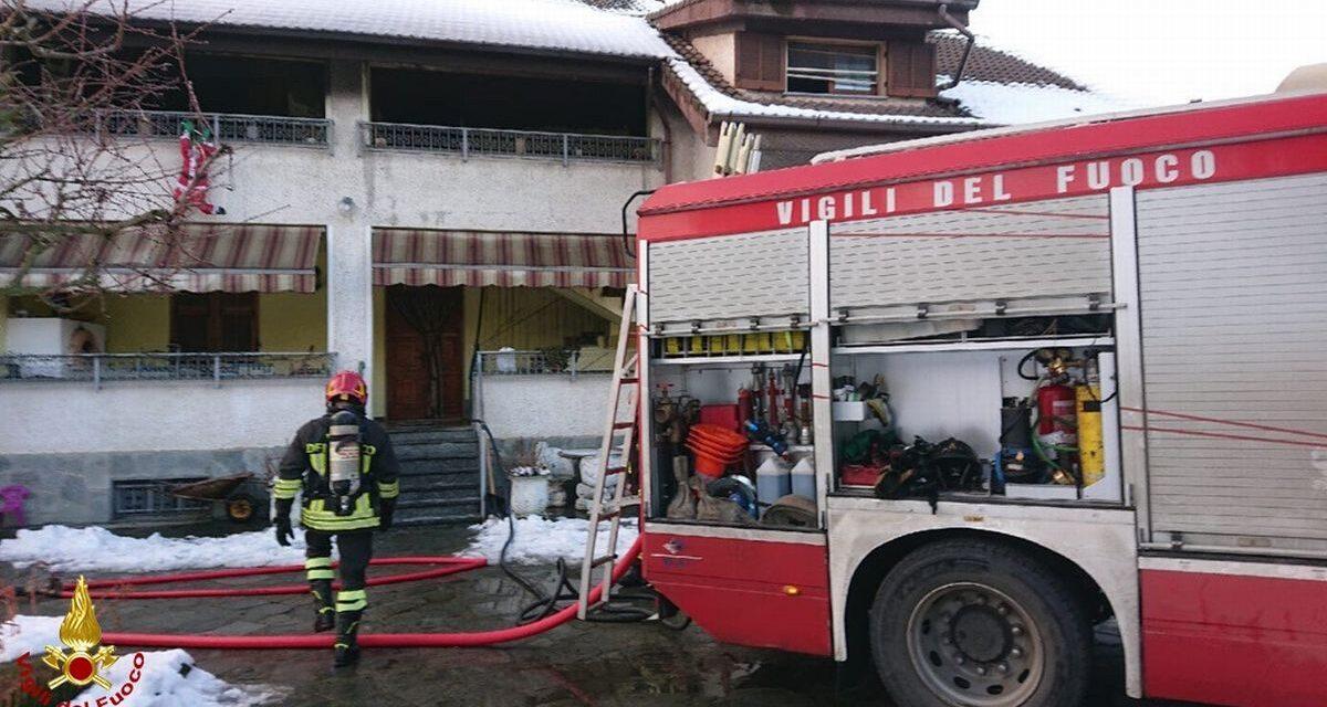 Fiamme in una villa a Basaluzzo, due ore l'intervento dei pompieri