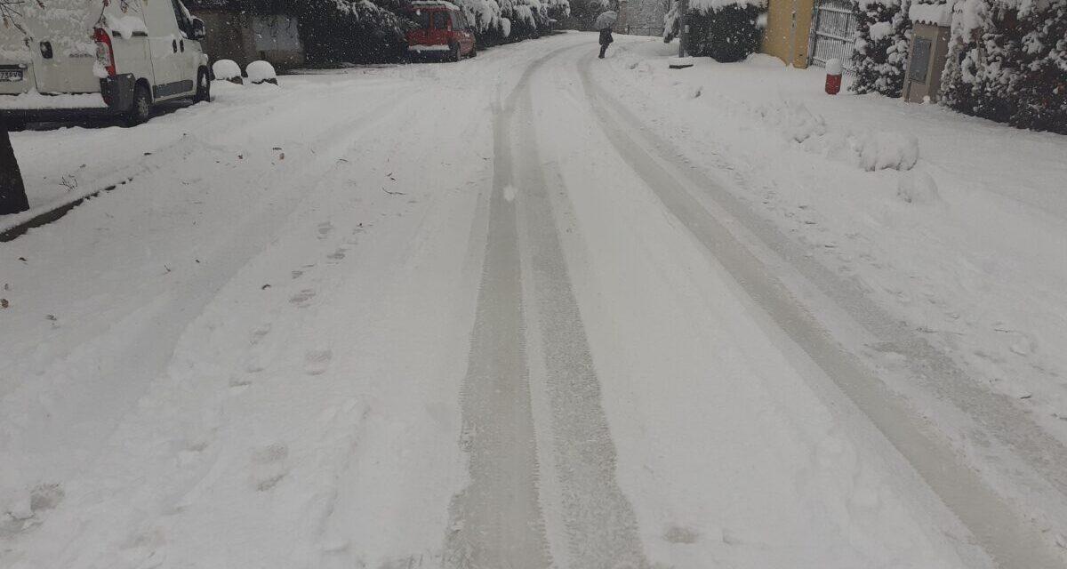 Strada Fornaci a Tortona paralizzata dalla neve! La protesta di un lettore