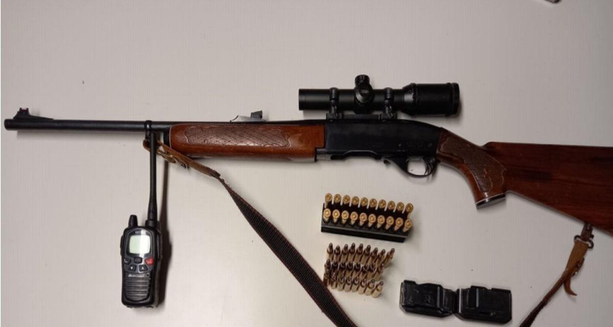 Andava a caccia in provincia di Imperia senza permesso e con questo fucile irregolare e senza porto d'armi