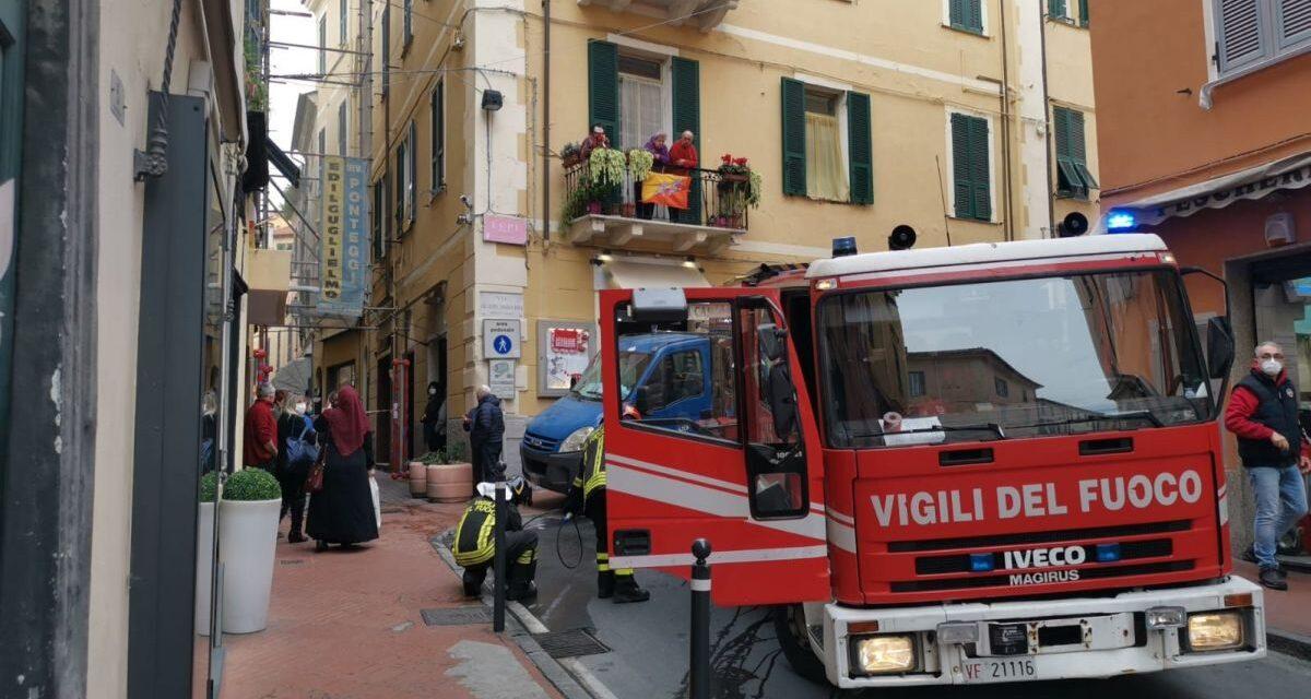 Incendio in un negozio a Imperia. Immagini di Giulia Quaranta Provenzano