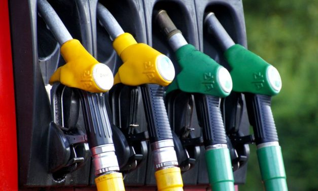 Benzina, rincari senza sosta da 3 mesi, spesa pieno pesa su famiglie e imprese