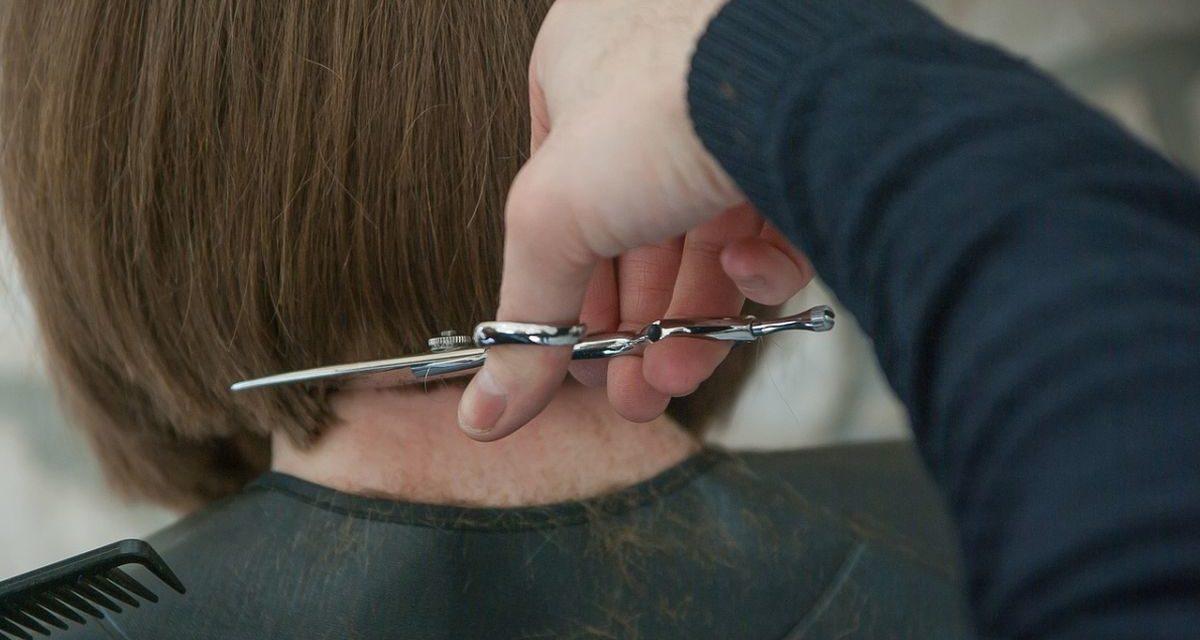 """A Tortona """"Azzurro Donna"""" cerca capelli veri per le malate di cancro. Approvata una mozione ad hoc"""