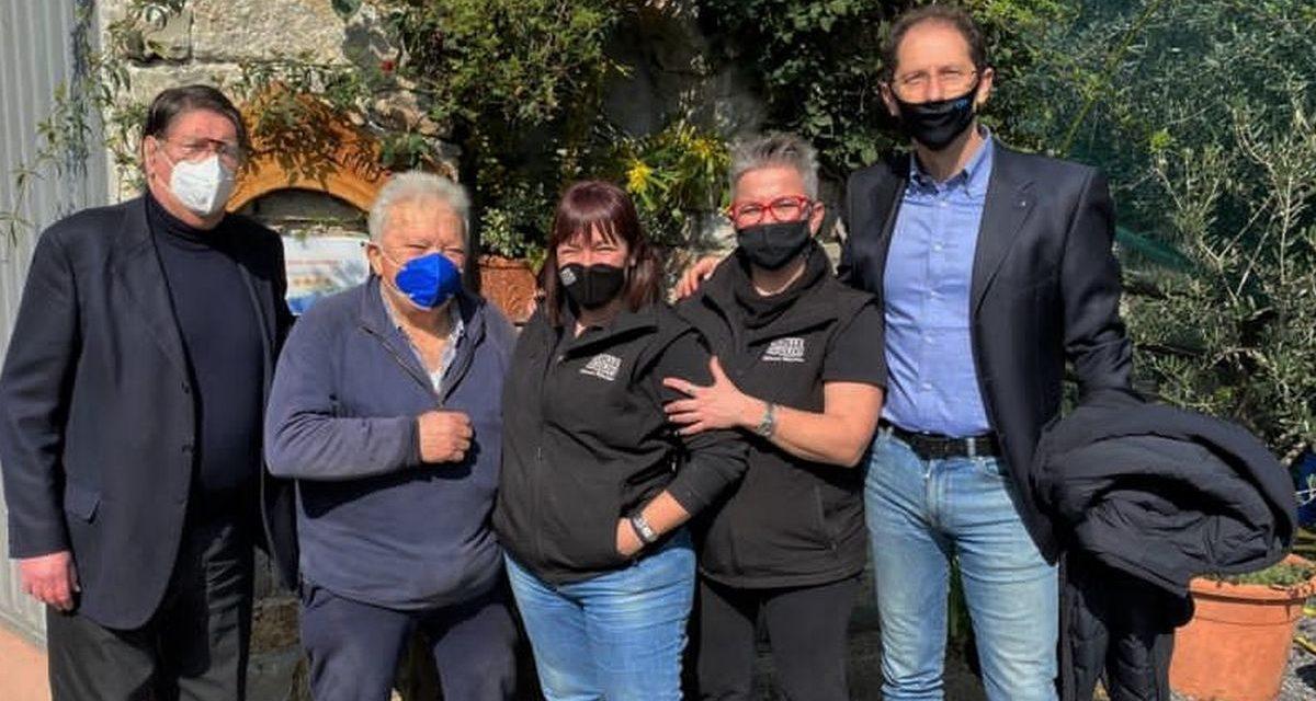 Cristiano Za Garibaldi ieri con Enrico Lupi all'Azienda agricola Il Colle degli Ulivi