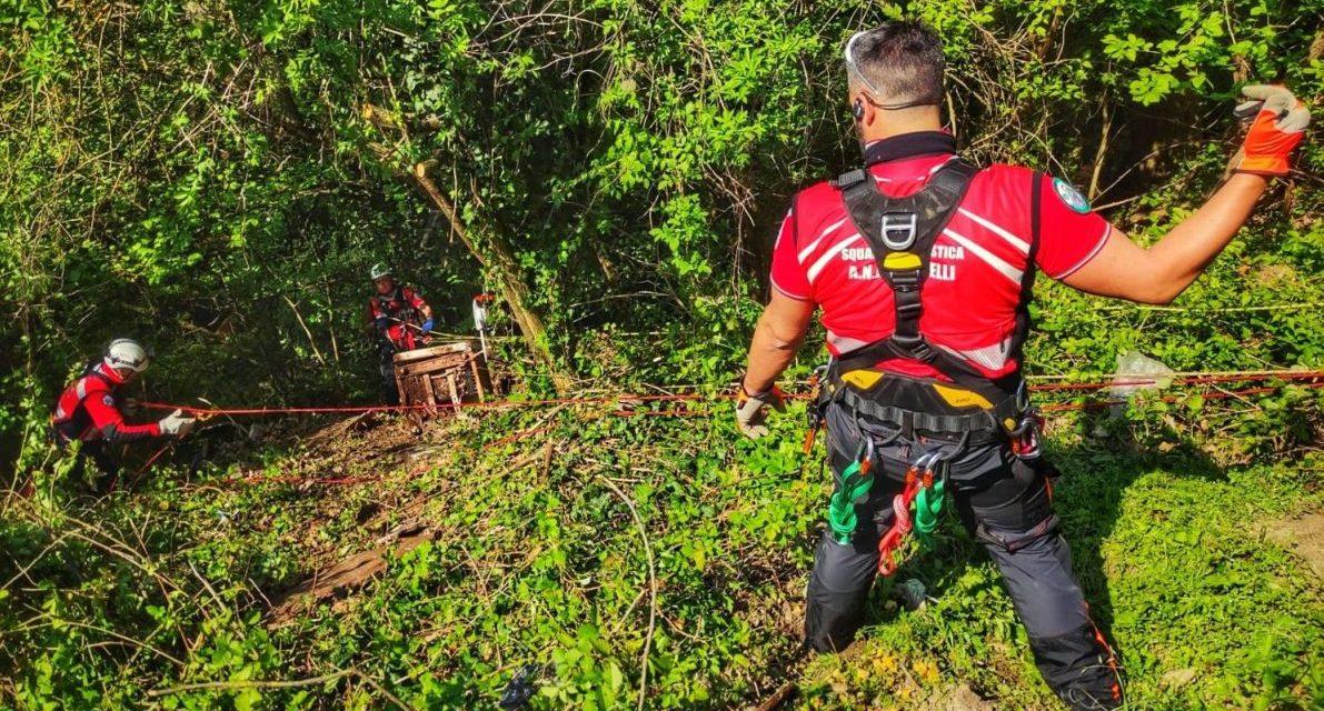 Gli alpini provenienti da ogni dove puliscono una scarpata ad Acqui Terme