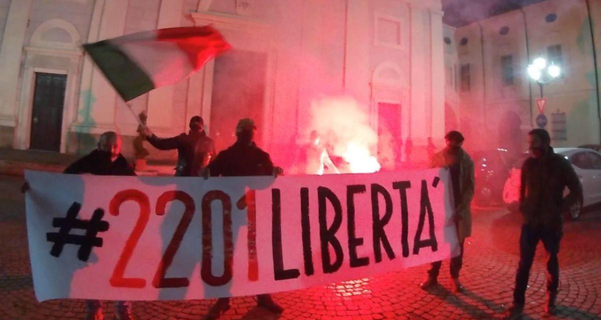 Azione Tortona é contro il coprifuoco ed è scesa in piazza dopo le 22 per protestare