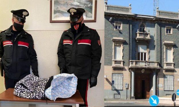 """Cerca di rubare vestiti per 500 euro con questa borsa """"Schermata"""" all'OVS di Tortona, presa"""