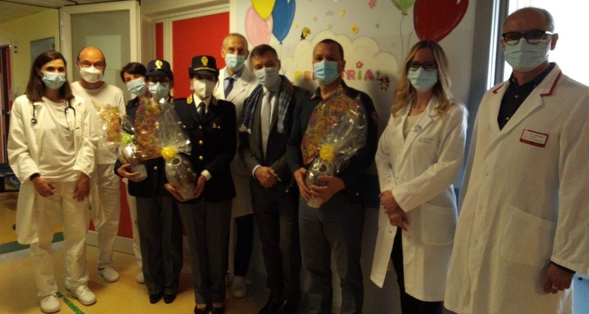 La Polizia di Stato porta gli auguri di Pasqua ai bambini del Reparto Pediatria dell'Ospedale di Imperia