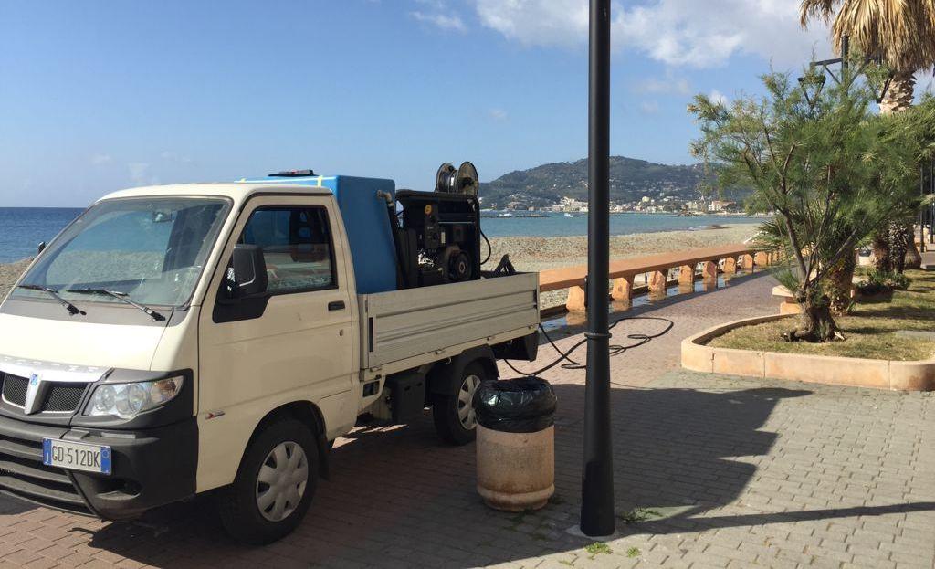 In corso la pulizia del lungomare di San Bartolomeo al Mare