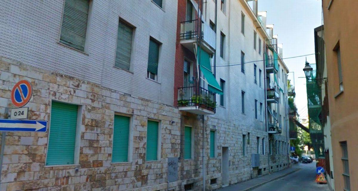 A Tortona un boiler di stacca dal muro e allaga tre piani di questo palazzo