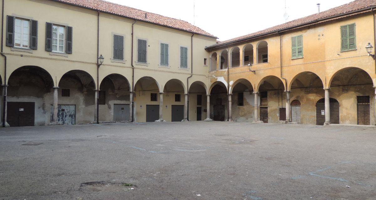A Tortona italiani spacciano droga a ragazzini di 14 anni in questo cortile in centro