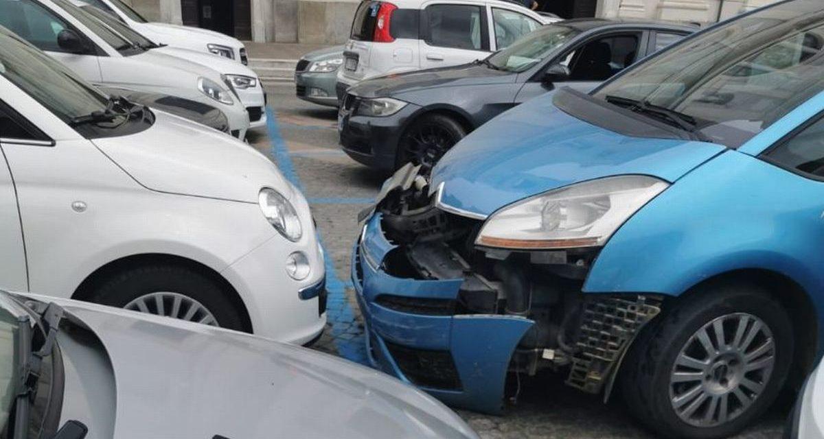 Incidente in piazza Duomo a Tortona con un uomo che perde il controllo di questa auto