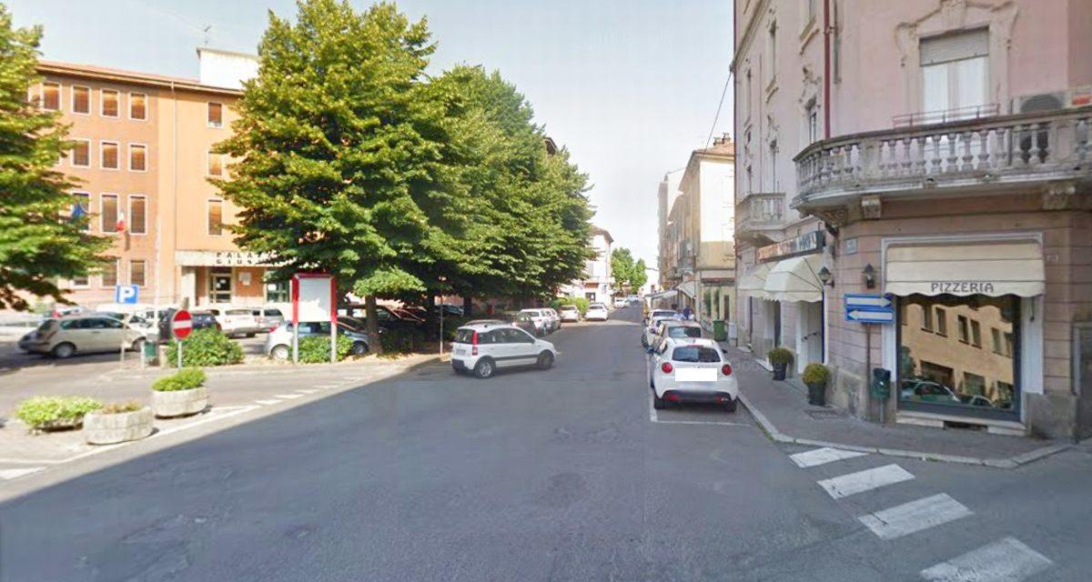 Tortona, perde il controllo dell'auto in piazza Erbe si schianta sul gazebo