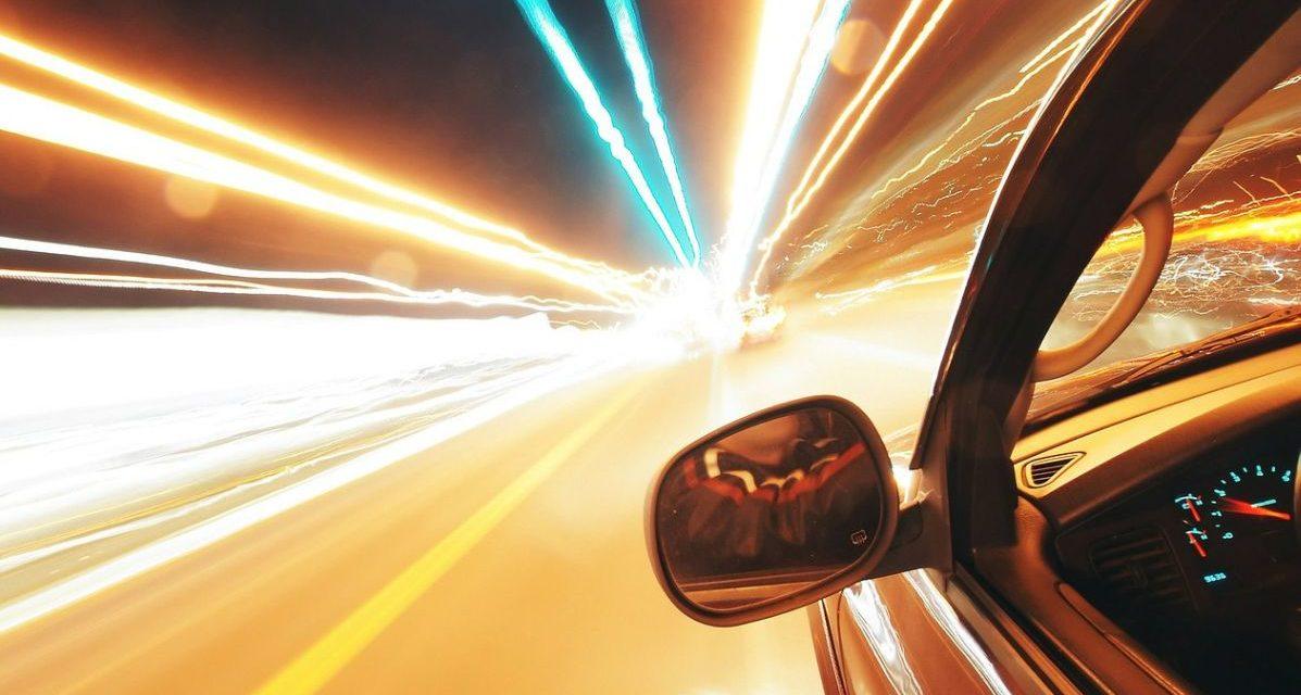 A Tortona una strada trasformata in pista di formula Uno da un'auto a folle velocità che sfiora la gente
