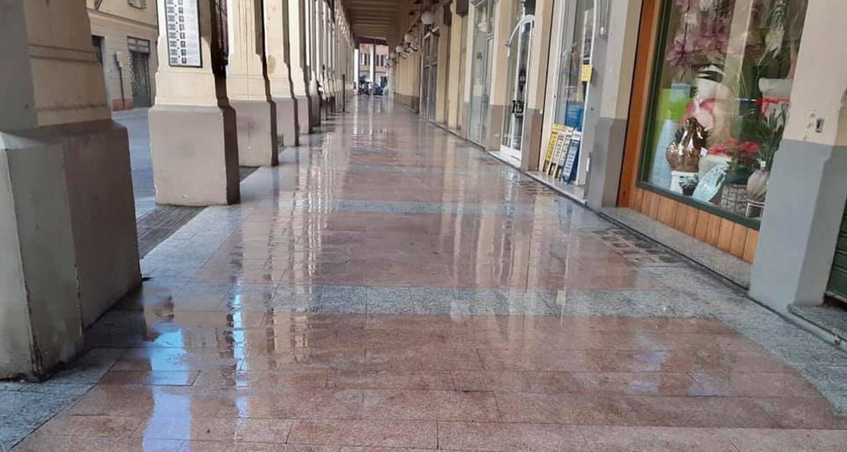 La sontuosa pulizia dei portici di Tortona ottiene il consenso dei lettori