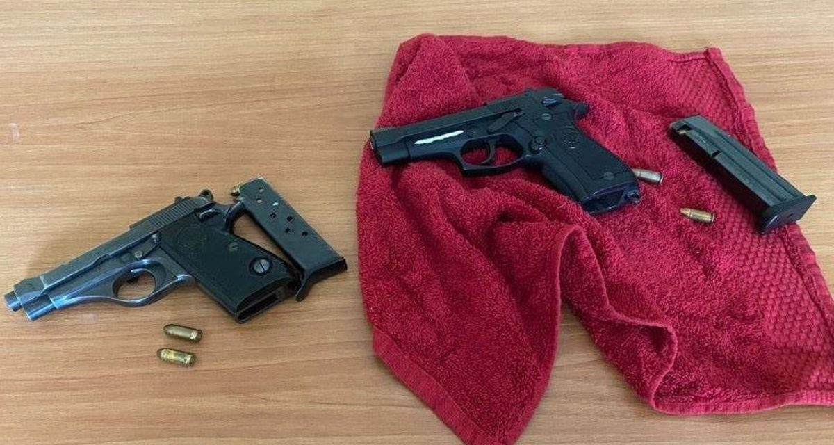 I Carabinieri di Tortona arrestano il gestore di un locale: aveva queste pistole, una col colpo in canna