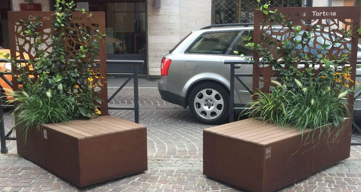 A Tortona installate le nuove panchine fiorite e tolte alcune vecchie