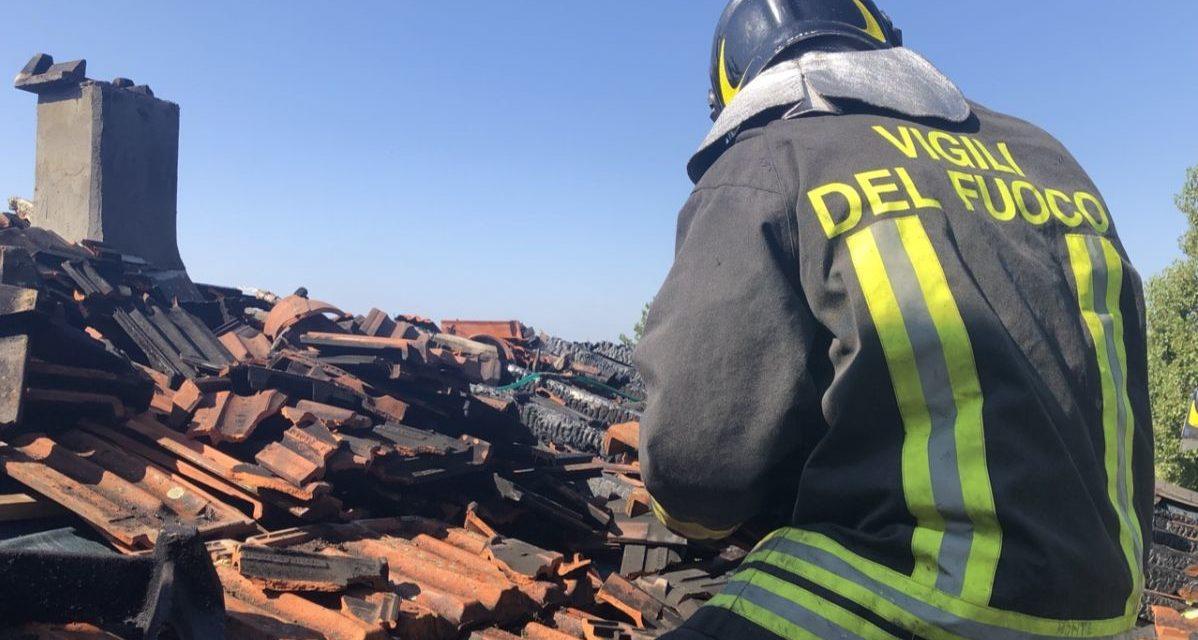 Tetto  a fuoco a Borghetto Borbera, intervengono i pompieri