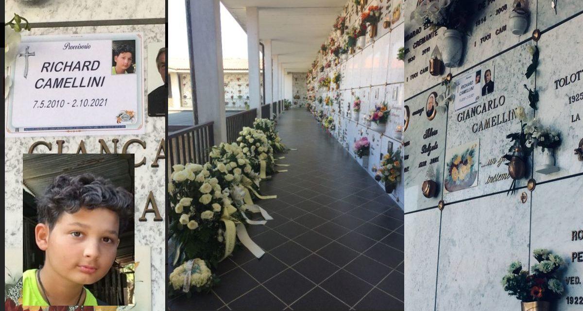 Seppellito al cimitero di Tortona il bambino di 11 anni travolto a Voghera