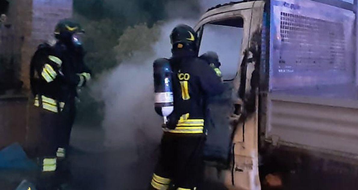 Castellazzo Bormida, si incendia questo autocarro, intevengono i pompieri