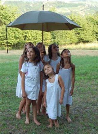 Alcune bambine dell'Agriteatro che recitano